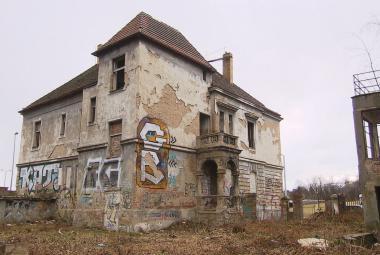 Jak na strašidelné domy ve městech? Vyvlastněním i finanční kompenzací za památkovou ochranu