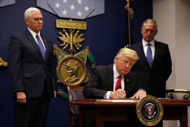 Donald Trump při podpisu druhého prezidentského dekretu proti imigraci