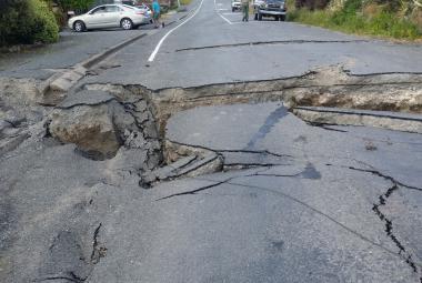 Trhliny v silnici po zemětřesení v Kaikouře