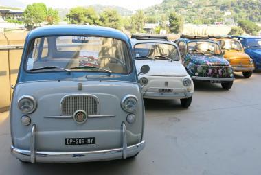 Legendární Fiat 500 vznikl jako alternativa skútru, jen místo dvou kol měl dvě sedačky
