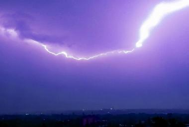 Přes Česko přešly silné bouřky, chlapce v Třinci zasáhl blesk. Pršet bude až do pátku
