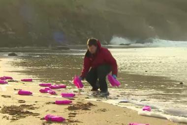 Sběr plastů na pláži