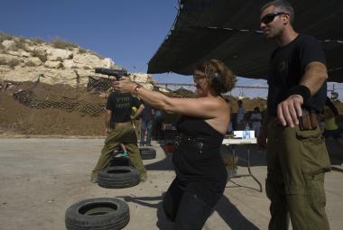 Sharon Gat sleduje americkou turistku při kurzu ve své akademii na Západním břehu