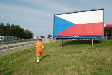 Pracovník ŘSD eviduje billboard na dálnici D1 poblíž Bernartic na Benešovsku
