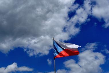 Česká vlajka zdobí stát už celé století. Modrý klín doplnil původní červený a bílý pruh