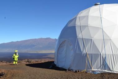 Šestice vědců se vrátila ze simulované mise na Mars. Podařilo se jim pěstovat brambory i ředkvičky