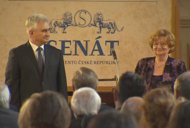 Medaili Senátu dostalo 16 osobností. Historik Čornej, lékař Arenberger i vynálezce Procházka