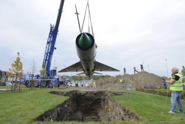 Britský umělec pohřbil v Břežanech MiG-21. A s ním i jeho epochu
