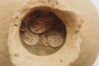 Džbán s mincemi nalezený u Řetče