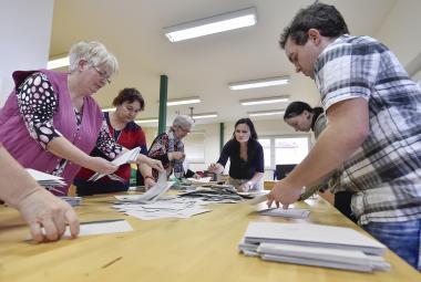 Jak předejít chybám u voleb: přísnější školení, jednostranné lístky i víc peněz pro komise