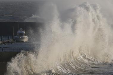 Moře rozvodněné bouří Eleanor ve francouzském přístavu Pornic
