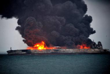 Hořící íránský tanker