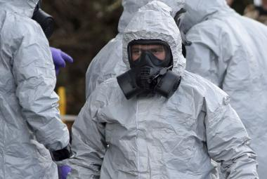 Policie při zásahu v Salisbury musela být chráněná