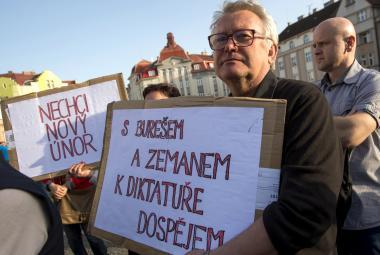 Protestující na Masarykově náměstí v Hradci Králové