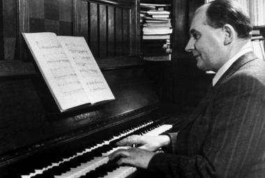 Alois Hába u čtvrttónového klavíru