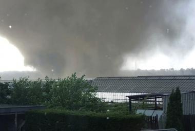 VIDEO: Německou obcí se prohnalo tornádo, za sebou nechalo zraněné a domy bez střech