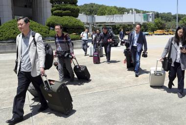 Jihokorejští novináři před odletem do KLDR