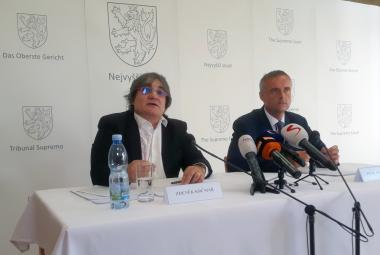 Předseda senátu Nejvyššího soudu Zdeněk Krčmář a mluvčí soudu Petr Tomíček
