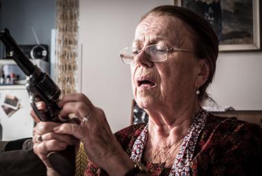 Iva Janžurová se učí střílet, aby z ní byla dobrá Teroristka