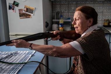 """""""Učitelky přece nestřílejí lidi."""" Iva Janžurová v komedii Teroristka má ale důvod"""
