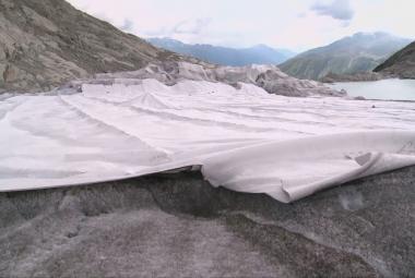 Rhonský ledovec chrání speciální plachta