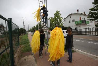 Vyvěšování žlutých stužek na podporu vězněných separatistů