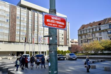 V Praze je nově náměstí Miloše Formana, jméno filmaře by mělo zastavit zástavbu