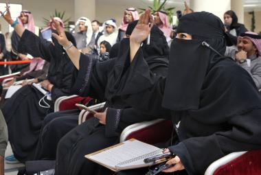 Saúdské novinářky v roce 2016 na brífinku tehdejšího šéfa diplomacie USA Johna Kerryho