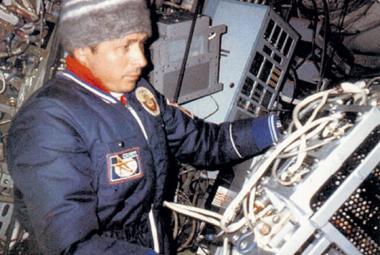 """""""Abychom zjistili, jak je zima, plivali jsme na okna,"""" popisuje záchranu stanice Saljut-7 kosmonaut Savinych"""