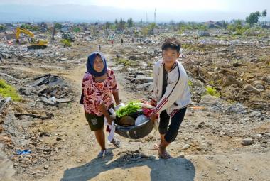 Obyvatelé ostrova Sulawesi zasaženého zemětřesením a vlnou tsunami
