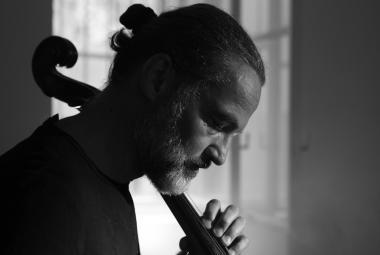 Violoncellista Bárta otevřel po více než 20 letech konzervu s Bachem