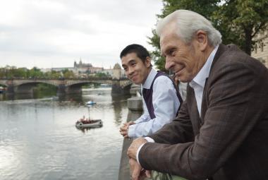Když se Mádl, penzista a Vietnamec sejdou Na střeše, vznikne film, kde se lidé navzájem potřebují