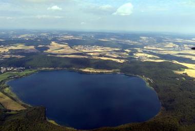 Německo hlídá aktivní sopku, která probublává jezerem Laacher See a občas zatřese zemí