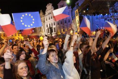 Májová EUforie. Před 15 lety se Češi vrátili do Evropy, Unie tehdy přijala hned deset nováčků