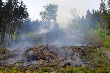 Hasiči uhasili požár u Tanvaldského Špičáku. Les hořel v nepřístupném terénu