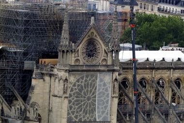 Památkářům i ekologům navzdory. Francouzští poslanci schválili zákon urychlující obnovu Notre-Dame