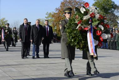 Pieta na pražském Vítkově připomněla 101. výročí vzniku státu. Věnec položili Zeman i Babiš