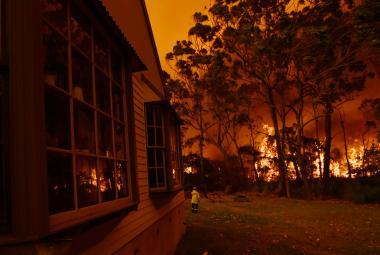 Dým z požárů dusí australské Sydney. Celé pobřeží Nového Jižního Walesu je v plamenech