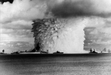"""Jako díra do planety. Vědci po 73 letech prozkoumali dno u """"atomového atolu"""" Bikini"""