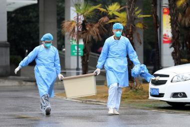Personál nemocnice, kde jsou hospitalizováni pacienti nakažení koronavirem