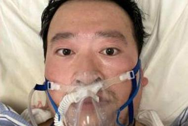 Koronavirus zabil lékaře, který před ním už v prosinci varoval. Zprávy o skonu provázel zmatek