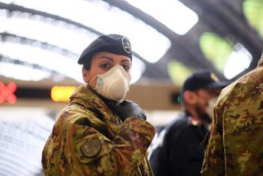 Voják s rouškou v Miláně