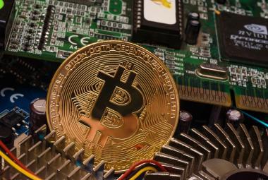Bitcoin po rekordním růstu výrazně propadl, britský úřad varuje před ztrátou celých investic