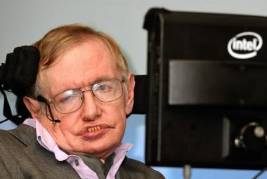 Před rokem zemřel fyzik Stephen Hawking. Připomíná ho speciální mince s černou dírou
