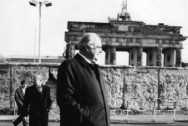 Spolkový kancléř Helmut Kohl v prosince 1989 po pádu berlínské zdi