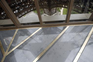 Eiffelovka dostala k narozeninám skleněný šperk