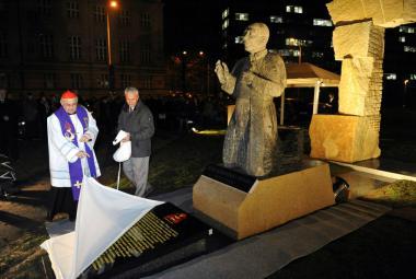 Miloslav Vlk požehnal nový pomník kardinála Berana