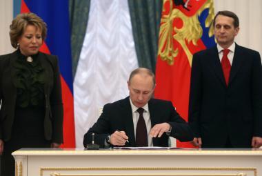 Vladimir Putin podepisuje smlouvu o připojení Krymu k Ruské federaci