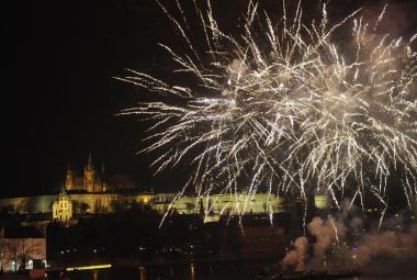 Novoroční ohňostroj: Patnáct minut světel a barev za milion korun