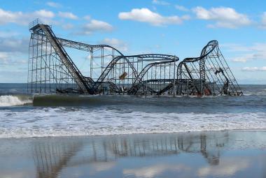Zničená atrakce Jet Star po hurikánu Sandy